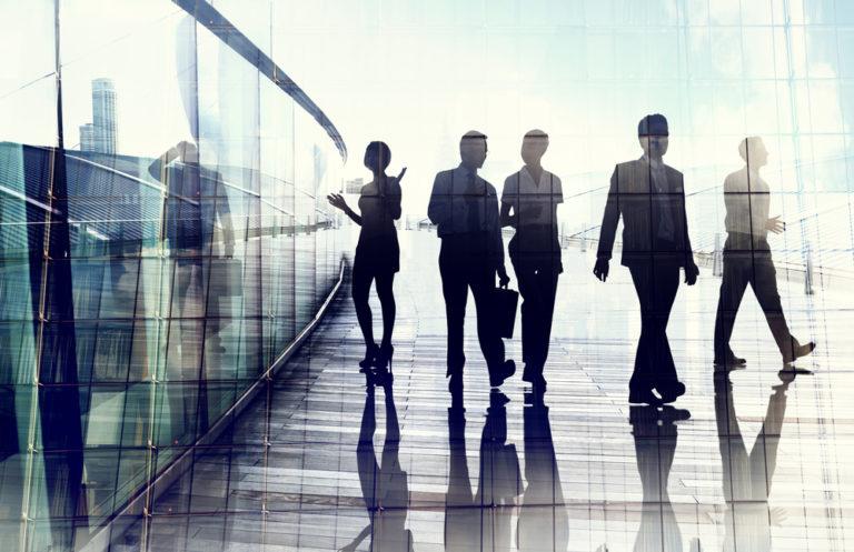 Siluetas de personas-trabajadores fuera de la empresa