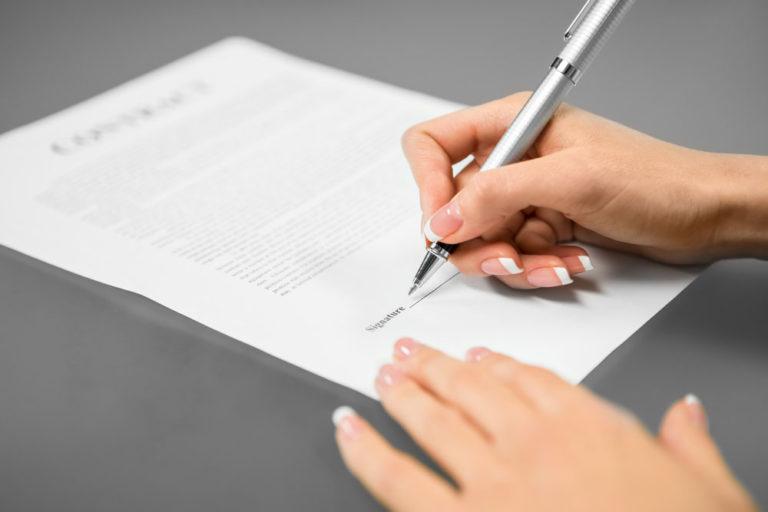 Contrato en prácticas, persona firmando documento