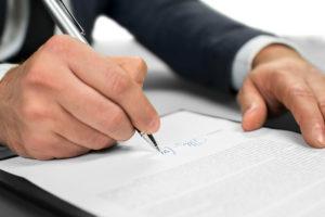 Contrato indefinido, persona firmando
